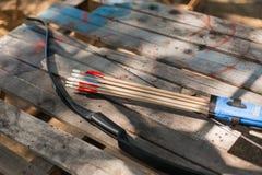 Setas de madeira tradicionais com fletching da pena e uma curva de madeira foto de stock royalty free