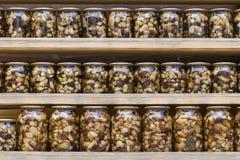 Setas de Porcini adobadas en los tarros de cristal en el mercado local en Ucrania imagen de archivo libre de regalías