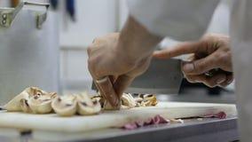 Setas del corte del cocinero en un restaurante metrajes