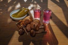 Setas del otoño y un vidrio de brandy Imagen de archivo libre de regalías