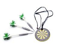 Setas e medalha dos dardos isoladas no fundo branco Imagem de Stock Royalty Free