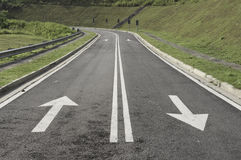 Setas e número médio da marcação de estrada Fotografia de Stock Royalty Free