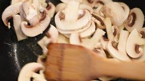 Setas en curso de guisado y freír en una cacerola en mantequilla almacen de video