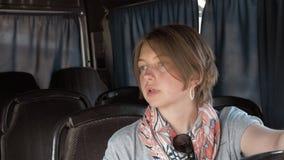 Setas för ung kvinna i bussen stock video