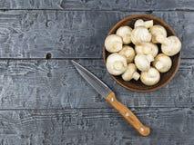 Setas frescas en una tabla de madera rústica La comida vegetariana está en la tabla La visión desde la tapa Imagenes de archivo