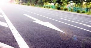 Setas no asfalto para indicar o sentido da condução Imagem de Stock Royalty Free