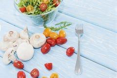 Setas orgánicas Comida sana Setas y ensalada frescas del arugula, tomates de cereza Fotografía de archivo libre de regalías