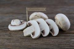 Setas orgánicas frescas del champiñón en el fondo de madera Fotografía de archivo