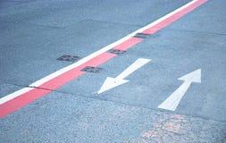 Setas do sentido da marcação de estrada Foto de Stock