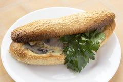 Setas rellenas del mini pan con el huevo y cocidas en el horno foto de archivo libre de regalías