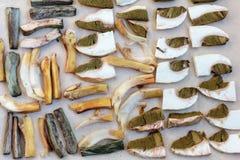Setas secadas del porcini en una tabla de madera Fondo del alimento Estilo rústico Fotos de archivo