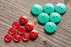 Setas triangulares feitas dos botões na tabela de madeira Foto de Stock