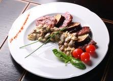 Setas y carne de la fritada imagen de archivo