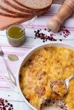 Setas y cazuela de la col en sartén con el pan, pesto, pimienta Imagen de archivo libre de regalías