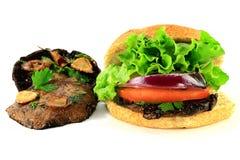 Setas y hamburguesa asadas a la parrilla de Portobello Imagen de archivo libre de regalías