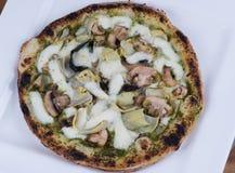 Setas y pizza encendidas madera de las alcachofas Fotos de archivo libres de regalías