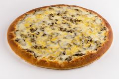 Setas y queso de la pizza en un fondo blanco imágenes de archivo libres de regalías