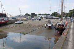 sete小游艇船坞布雷斯特,法国5月28日2018全景室外视图许多小船和游艇在口岸排列了 镇静水和bl 库存图片