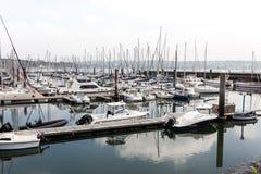 sete小游艇船坞布雷斯特,法国5月28日2018全景室外视图许多小船和游艇在口岸排列了 镇静水和bl 免版税库存照片