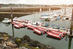 sete小游艇船坞布雷斯特,法国5月31日2018全景室外视图许多小船和游艇在口岸排列了 镇静水和bl 库存图片