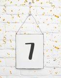 7 sete anos de texto velho do cartão da festa de anos com confetes dourados Fotos de Stock Royalty Free