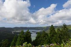 Панорамный ландшафт лагуны Sete Cidades в Азорских островах Стоковые Фотографии RF