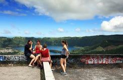 Sete Cidades, sao Miguel Island - 10 juillet 2017 - de jeunes filles à la vue de Miradouro font Rei Photos libres de droits