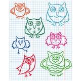 Sete corujas bonitos em uma folha quadriculado Fotografia de Stock Royalty Free