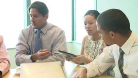 Sete empresários que têm a reunião em torno da tabela da sala de reuniões filme