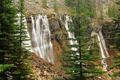 Sete encobrem quedas, lago O'Hara, Yoho National Park, Canadá imagens de stock