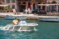 SETE, FRANCES - 10 SEPTEMBRE 2017 : Couples sur un alon de navigation de bateau photographie stock