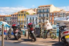 SETE, FRANCES - 10 SEPTEMBRE 2017 : Cycliste sur le waterfron de ville images libres de droits
