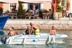 SETE, FRANCES - 10 SEPTEMBRE 2017 : Un groupe des hommes dans un bain de bateau Images stock