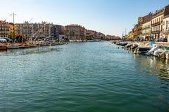 Sete, Francia 20 maggio 2018 Costruzioni di rinascita accanto alle acque dei canali della città popolata in piccole barche fotografie stock