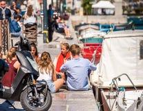 SETE, FRANKREICH - 10. SEPTEMBER 2017: Touristen auf der Stadtufergegend in Sete, Frankreich Kopieren Sie Raum für Text Stockfoto
