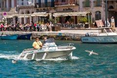 SETE, FRANKRIJK - SEPTEMBER 10, 2017: Paar op een boot die alon varen royalty-vrije stock fotografie