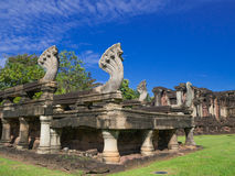 Sete Naga das cabeças lixam a estátua de cinzeladura de pedra em Phimai histórico Imagens de Stock