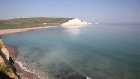 Sete penhascos de giz Sussex do leste das irmãs Reino Unido perto de Eastbourne com céu azul e mar filme