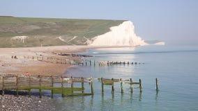 Sete penhascos de giz Sussex do leste das irmãs visto da praia do abrigo de Cuckmere filme