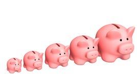 Sete porcos de caixas de moeda dos tamanhos diferentes Fotografia de Stock Royalty Free