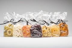 Sete sacos de plástico luxuosos de vários frutos secados para o presente Foto de Stock Royalty Free