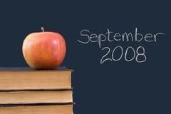 Setembro 2008 escrito no quadro-negro com maçã Imagens de Stock Royalty Free