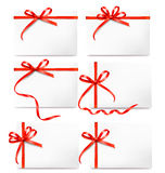 Seten av kortanmärkningen med den röda gåvan böjer med band Royaltyfria Foton