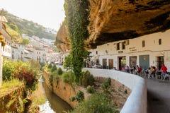 Setenil de las Bodegas, Spanje - 5/10/18: Gebouwen onder reusachtige grote rotsen worden geconstrueerd die royalty-vrije stock afbeeldingen