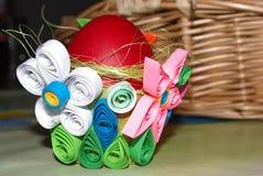 Seth Easter eggs en una cesta hecha casera kwiling, decoración Foto de archivo