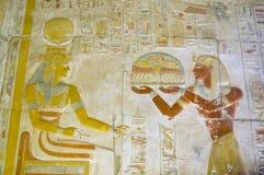 Seti die voedsel aanbiedt aan de godin Hathor Royalty-vrije Stock Foto's