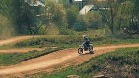 Setkarz skacze nad wzgórzami na jego motocyklu zdjęcie wideo