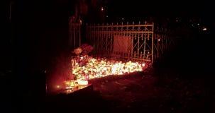 Setki świeczki jarzy się w cmentarzu przy nocą zbiory