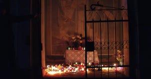 Setki świeczki jarzy się w cmentarzu przy nocą zbiory wideo