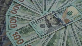 Setki Amerykańscy dolary kłamają na płodozmiennym stole zdjęcie wideo